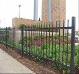 溶接された鋼鉄棒杭の囲いかやりの上の錬鉄の塀