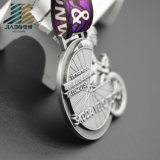 La bici su ordinazione d'argento antica 2017 che corre il metallo mette in mostra la medaglia del medaglione