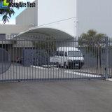 Concentrazione dall'interno della recinzione d'acciaio delle attrezzature comunali libere di rivestimento di manutenzione