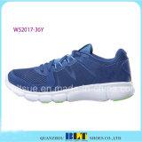 新式の運動靴の網の甲革