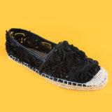 Цветки шнурка женщин способа украсили черноту ботинок Espadrille яркия блеска плоскую
