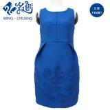 女性の方法浮彫りになる贅沢なロイヤルブルーの袖なしの結婚式の花嫁の服