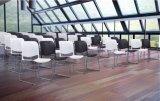Schwarze weiße Konferenz, die Plastikbüro-Stuhl für Hall stapelt