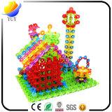 Die hölzernen Kinder und der Plastikschreibtisch spielt Entwicklungsspielwaren-Baustein-hölzernes Puzzlespiel
