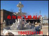 白い石造りの庭の大理石の噴水