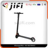 電気スクーター、蹴りのスクーターのバランスをとっている2つの車輪の自己。 電気蹴りのスクーター
