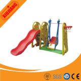 子供は販売のために運動場のスライドを使用した