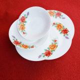Colore bianco con gli articoli per la tavola di ceramica del fiore rosso