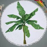 A árvore & as folhas quentes da venda projetam em volta do cobertor do piquenique da esteira da praia