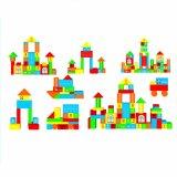 Heureux l'enfance de rêve des blocs de construction des blocs de construction en bois