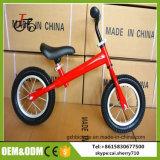 Il bambino cinese gioca la bicicletta dell'equilibrio dei capretti della bici dell'equilibrio dei bambini