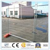 電流を通された鉄条網は一時塀のパネルにパネルをはめる