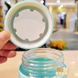 Frasco de vidro do coelho bonito com a caixa da borracha do silicone
