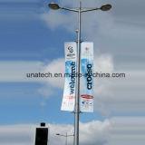 旗のハングを広告する街灯柱のポーランド人のフラグ(BT72)