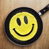 A face de sorriso creativa deu forma ao molde fritado silicone do ovo do produto comestível
