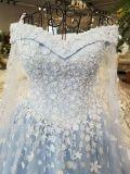 肩のスカイブルーの花の結婚式のイブニング・ドレスを離れたライン