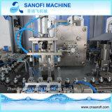 Mineralwasser-Flasche Strech, das Maschinerie herstellt