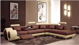 Sala de estar com mesa de corte transversal de canto sofá de couro