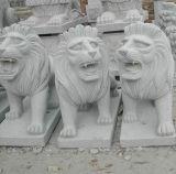 庭の装飾のための彫刻を切り分けている石造りのライオン