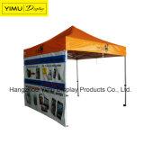 La tenda pieghevole del Gazebo schiocca in su la tenda per fare pubblicità