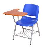 Школьной аудитории стульями и блокнот для студентов