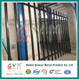 溶接された鋼鉄棒杭の囲いか装飾用の鉄の塀または上の金属の塀