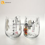 Замороженная чашка стекла съемки вина с китайскими рисунками оперы