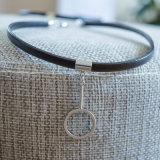 La géométrie balançante en cuir noire de tube de couleurs du brin 2 charme le collier de foulard