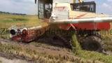 Les pêcheurs et de Caterpillar Reaper machine agricole avec le découpage et de battage