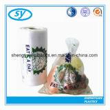 Légumes frais empaquetant le sachet en plastique sur le roulis