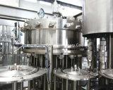 L'énergie mis en bouteille par plastique boit la machine de remplissage avec des couvercles à visser