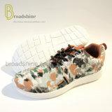 印刷の甲革が付いている女性の運動靴