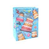 A roupa azul do aniversário calç os sacos de papel do presente do supermercado da forma