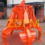 Schrott, der hydraulisches orange Schalen-Zupacken handhabt