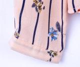 를 가진 여자 우연한 긴 소매에 의하여 길쌈된 기본적인 고리는 현대 꽃 무늬 셔츠를 각자 맨다