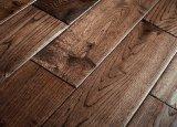 Il colore del caffè ha macchiato la pavimentazione del legno duro costruita quercia