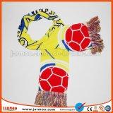 暖かい保つべき冬によって編まれるスカーフ