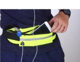 عالة رياضة مسيكة يركض وسط حقيبة لأنّ هاتف ومفتاح
