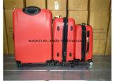 Il filatore spinge i bagagli del carrello 3 parti