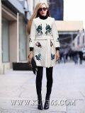 Las señoras forman a lanas largas la prendas de vestir exteriores redonda de la capa del collar