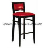 木の鉄棒は議長を務めるコーヒー椅子(M-X3119)の