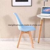 PPシートおよび木足のバースツールのプラスチック椅子が付いている服の腰掛け