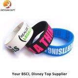Wristbands clementes baratos del silicón con su insignia