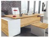 食器棚、コーヒーテーブルのオフィスの木の家具が付いている執行部の机