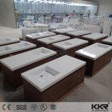 純粋で白く贅沢な固体表面の浴室の壁は虚栄心の洗面器をハングさせた