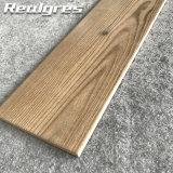 Außenteakholz-Holz-Laminat, das Keramikziegel ausbreitet