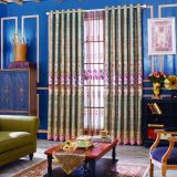Профессиональные оптовой главной спальне есть шторки с цветочным рисунком.