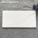 カラーラ白いマットの滑り止めの防水装飾的な壁は低価格の大理石のタイルのセラミックタイルの価格をタイルを張る