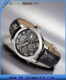ブラウンの革時計バンドが付いているデジタル腕時計