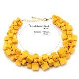 Terraplén de los collares del ahogador con los collares de acrílico de la declaración del cuadrado del amarillo del grano